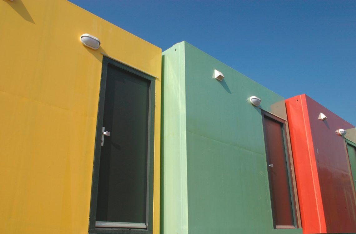 bejárati ajtó színes otthonokban